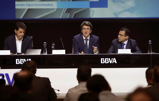 El responsable de Análisis Macroeconómico, Rafael Domench (i), el economista jefe del grupo BBVA, Jorge Sicilia (c) y el economista jefe para España, Miguel Cardoso