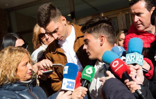 Víctor Rodríguez (d), Carlos Cuadrado (i), y Raúl Calvo, los tres exjugadores de la Arandina CF procesados por un presunto delito continuado de agresión sexual contra una menor