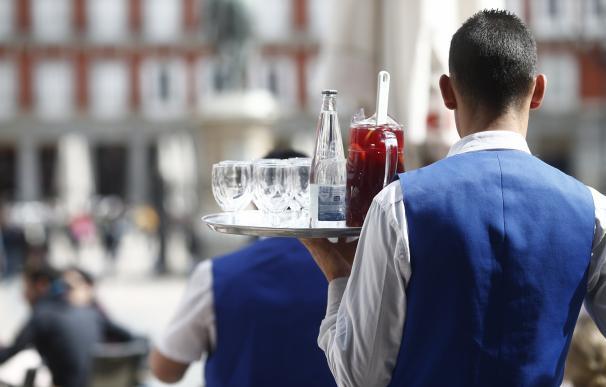 Un camarero sirviendo bebidas
