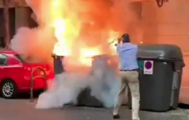 Fotografía de Ortega Smith sofocando un incendio al lado de la sede de Vox.