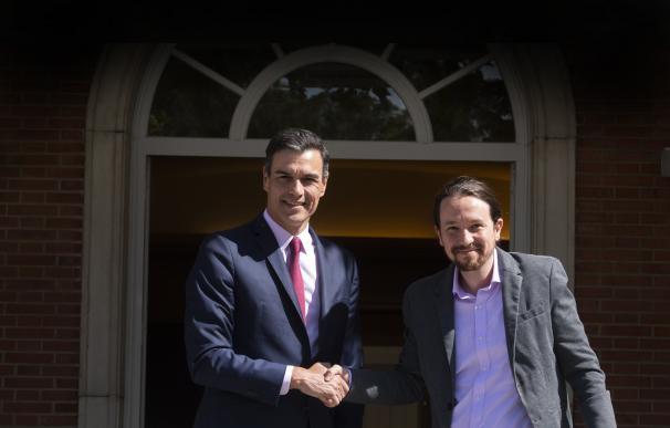 El presidente del Gobierno en funciones, Pedro Sánchez, saluda al secretario general de Podemos, Pablo Iglesias, a su llegada a La Moncloa. /Pool Moncloa/Borja Puig de la Bellacasa