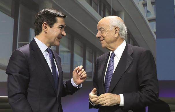 Francisco González en animada charla con su sucesor, Carlos Torres