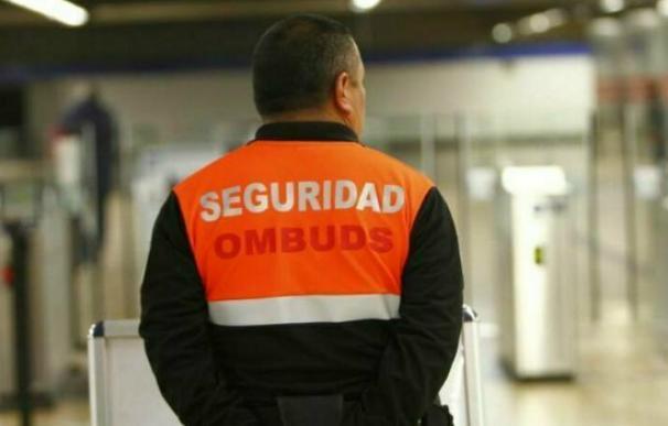 Vigilante de seguridad de Ombuds en el Metro de Madrid. /EFE