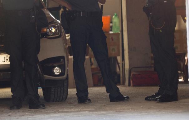 En la foto efectivos de la Guardia Civil en el garaje donde fueron encontrados los cuerpos. EFE/Eliseo Trigo