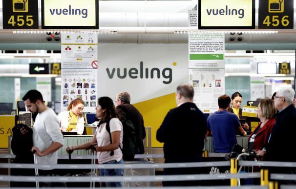 Un grupo de pasajeros ante un mostrador de facturacion de Vueling en el Aeropuerto de Barcelona-El Prat el pasado 25 de abril ( EFE/ Alberto Estévez)