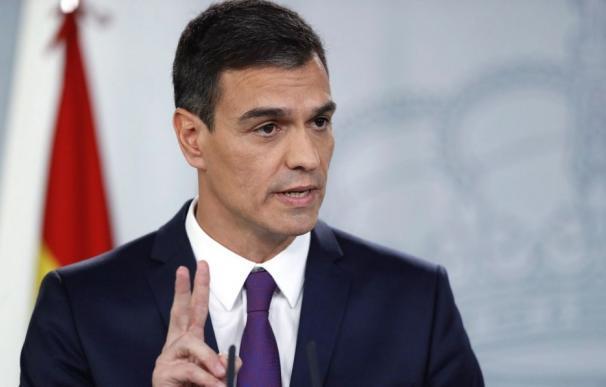 El presidente del Gobierno, Pedro Sánchez, dos dedos / EFE