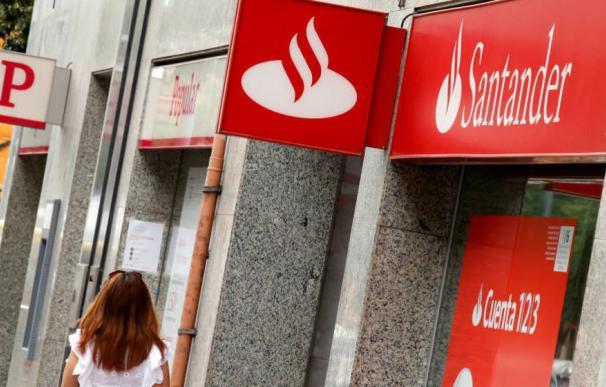 Fotografía oficinas Santander y Popular / EFE