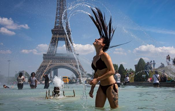 Una mujer se baña frente a la Torre Eiffel
