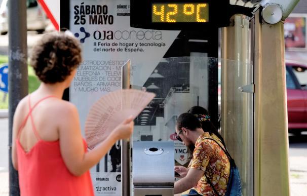 En la imagen un termómetro de una parada de transporte público en Logroño. EFE/Abel Alonso