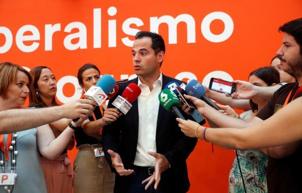 El líder de Ciudadanos en la Comunidad de Madrid, Ignacio Aguado, atiende a los medios de comunicación este domingo en la sede del partido. EFE/Emilio Naranjo
