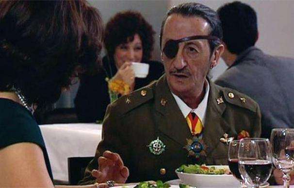 Maxi (Eduardo Gómez) como militar condecorado tratando de conquistar a una dama. /Mediaset