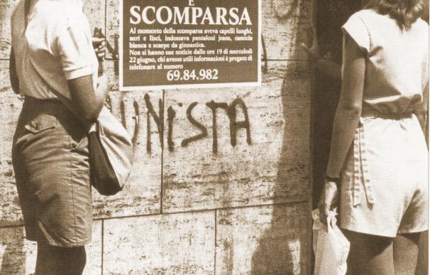 Dos mujeres miran un cartel de búsqueda de Emanuela Orlandi en Roma en 1983. /L.I.