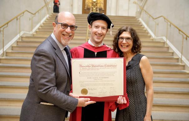 Mark Zuckerberg, junto a sus padres
