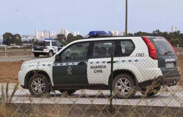 Dos vehículos oficiales de la Guardia Civil. /EFE