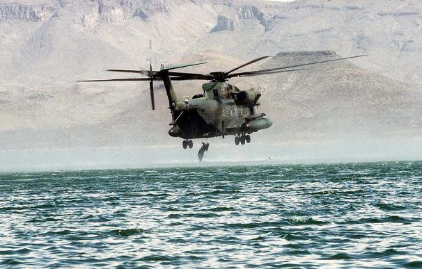 Un miembro de los SEAL sube a un helicóptero durante un entrenamiento