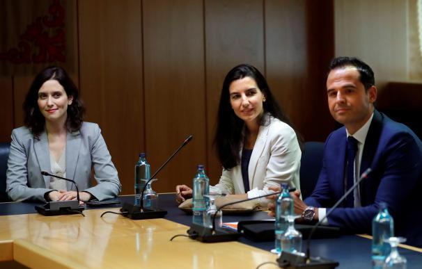 La candidata del PP a presidir la Comunidad de Madrid, Isabel Díaz Ayuso (i), la candidata de Vox, Rocío Monasterio (c), y el líder de Ciudadanos en Madrid, Ignacio Aguado (d), durante la reunión que mantienen esta tarde en la Asamblea de Madrid. EFE/ Che