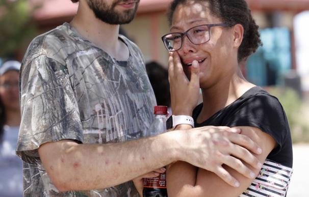Kendall Long consuela a Kianna Long que estaba en la sección de congelados del Walmart durante el tiroteo en El Paso. /EFE