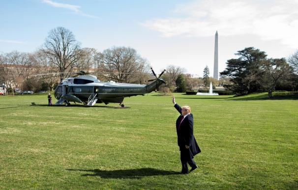 El presidente de los Estados Unidos, Donald J. Trump, saluda en el Jardín Sur de la Casa Blanca, antes de abordar el Marine One, en Washington, DC ( EFE/ Michael Reynolds).