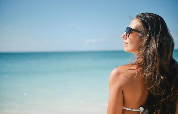 Una joven toma el sol en la playa
