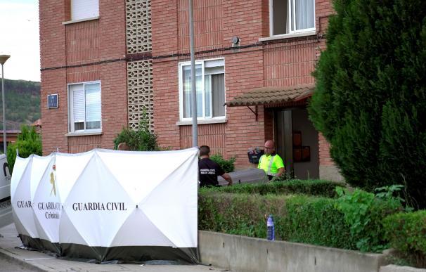 Efectivos de la Guardia Civil trasladan el cuerpo sin vida de un joven de 16 años tras morir a manos de su padre