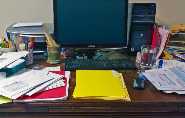Fotografía de un escritorio desordenado.