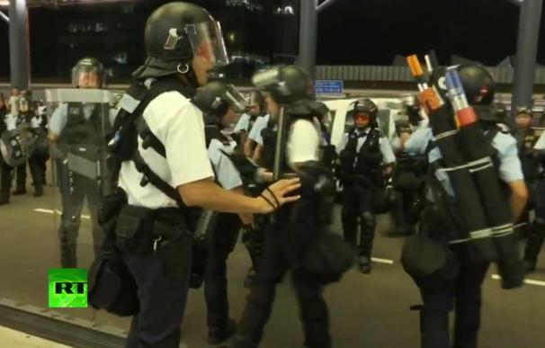 La policía entra en el aeropuerto para desalojar a los manifestantes. /RT