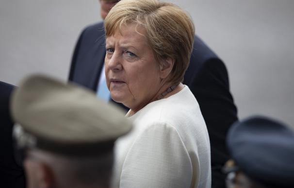 La canciller alemana, Angela Merkel, asiste al desfile militar anual del Día de la Bastilla. /EFE