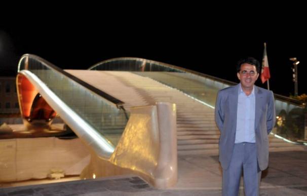 Santiago Calatrava, delante de su puente en Venecia. /ANDREA MEROLA/EFE