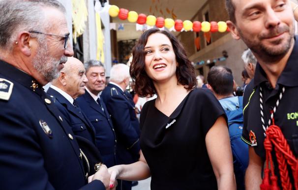 La presidenta de la Comunidad de Madrid, Isabel Díaz Ayuso, saluda a varios mandos de los Bomberos de la Comunidad en el colegio de La Salle dentro de los actos programados en honor de la Virgen de la Paloma. EFE/Mariscal EFE/Mariscal