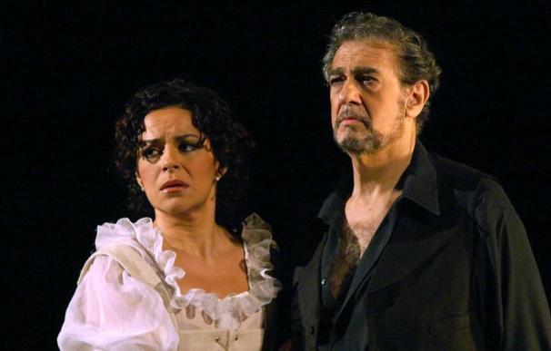 Nancy Fabiola Herrera con Plácido Domingo, en una actuación en Madrid en el 2006. / EFE / JAVIER DEL REAL