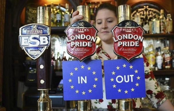 Barra de un bar en Londres con las dos opciones del referéndum Brexit. /Efe