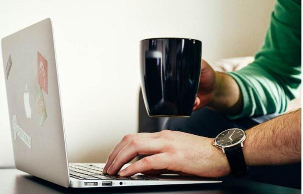 Ordenador, taza de café, trabajo