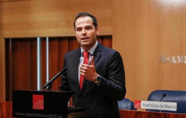 El portavoz de Ciudadanos en la Asamblea de Madrid, Ignacio Aguado, ofrece declaraciones a los medios de comunicación horas después de que la portavoz de Vox en la Asamblea de Madrid presentase un nuevo documento para la investidura de la candidata del PP
