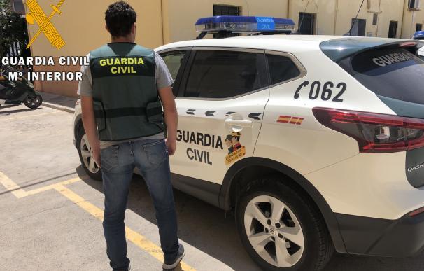Agente y vehículo de la Guardia Civil en imagen de archivo