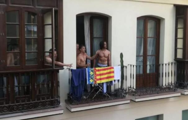 Fotografía del balcón del centro de Málaga con la senyera valenciana.