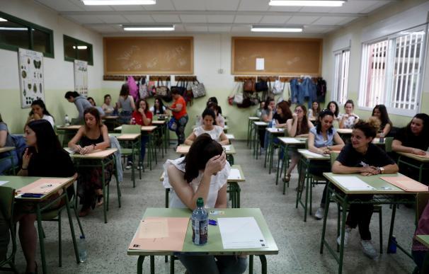 En Madrid, varias profesoras momentos antes de examinarse para optar a una de las 30.562 plazas de funcionarios docentes. /EFE