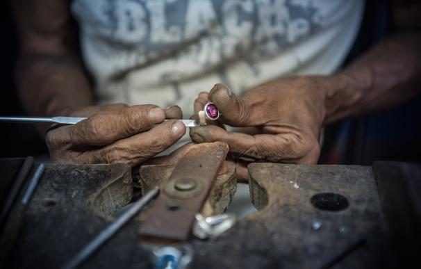 Un hombre fabrica un anillo con diamantes en Sri Lanka