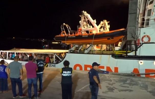 El Open Arms entrando en el puerto. /Reuters