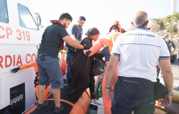 "20 August 2019, Italy, Lampedusa: A woman evacuated by the Guardia Costeria for a medical emergency at the port of Lampedusa from the ship ""Open Arms"" of aid organisation Proactiva Open Arms. Migrants are jumping out of desperation from the rescue boat, s"