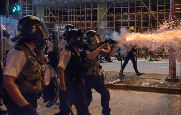 La policía dispara gases lacrimógenos para dispersar a los manifestantes en Sham Shui Po, Hong Kong. /EFE
