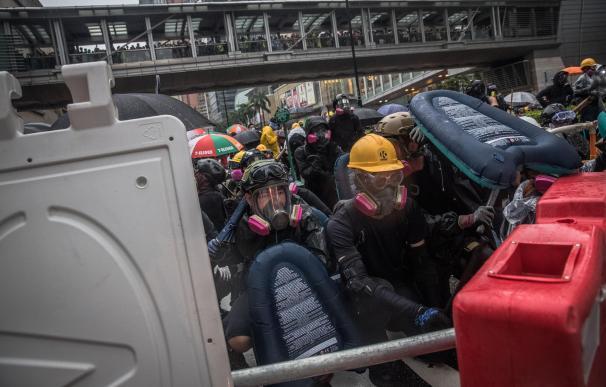 Manifestantes durante los disturbios en Tsuen Wan, Hong Kong. / EFE