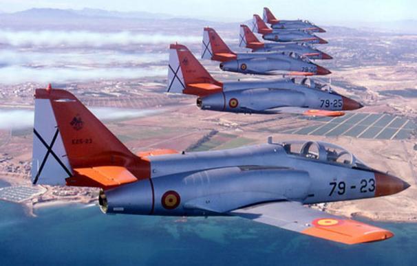 Los veteranos C-101 necesitan pronto un recambio, y Margarita Robles lo sabe. /Ejército del Aire