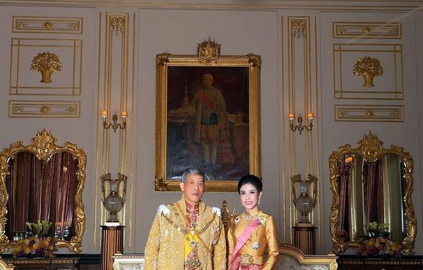 El rey de Tailandia y su consorte en una imagen oficial. /EFE/EPA