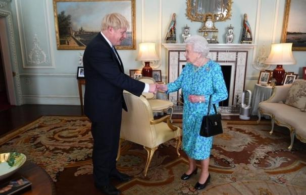 Boris Johnson es investido por Isabel II