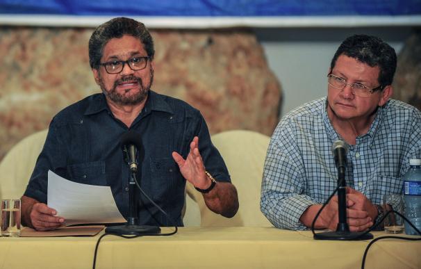 El jefe negociador de las FARC, Iván Márquez (izda)
