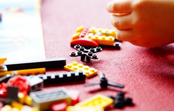 Un niño juega con piezas de Lego