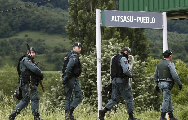 Efectivos de la Guardia Civil en Alsasua tras la detención de cuatro condenados