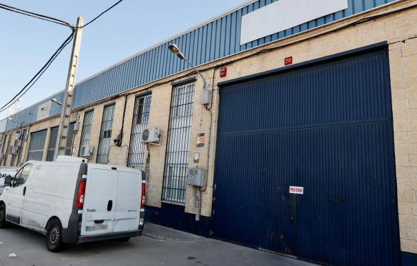 Sede de la empresa precintada en Sevilla. / EFE