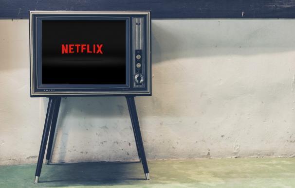 Televisión 'retro' con el logo de Netflix en la pantalla