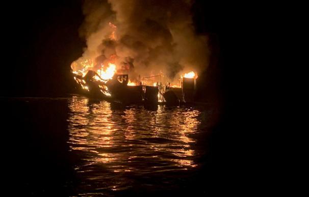 Llamas del barco incendiado en California. / EFE / Condado de Santa Bárbara